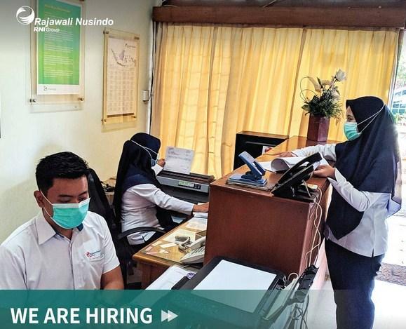 """<p style=""""text-align: justify;""""><a href=""""https://sentraloker.net/lowongan-rekrutmen-pt-rajawali-nusindo.html""""><strong>Rekrutmen PT Rajawali Nusindo</strong></a> - sentraloker.net - PT Rajawali Nusindo sedang membuka kesempatan berkarir bagi Warga Negara Indonesia terbaik melalui Lowongan Kerja Terbaru untuk mengisi posisi pekerjaan sebagai berikut :</p> <strong>Administrasi Piutang</strong> PT Rajawali Nusindo Cabang Malang Kualifikasi : <ul> <li>Pendidikan minimal D3 Semua Jurusan</li> <li>Pria/Wanita</li> <li>Usia maksimal 25 tahun</li> <li>Sehat jasmani dan rohani</li> <li>Memiliki kemampuan komputerisasi (Microsoft Office &amp Internet)</li> <li>Mampu berkomunikasi dengan baik</li> </ul> <span style=""""text-decoration: underline;""""><strong>Pendaftaran</strong></span> Segera kirimkan surat lamaran & CV terbaru ke : PT Rajawali Nusindo Cabang Malang Jl. Delima No. 7, Kelurahan Bareng, Kecamatan Klojen, Malang 65116 Atau dikirimkan melalui email: cab.malang@nusindo.co.id dengan subject rmail : Lamaran_Nama_ADM PIUTANG (File dikirim dalam bentuk PDF) <span style=""""text-decoration: underline;""""><strong>Keterangan Lain:</strong></span> <ul> <li>Seleksi dan rekrutmen PT Rajawali Nusindo tidak dipungut biaya..</li> <li>Hanya kandidat terbaik yang yang akan dipanggil untuk mengikuti tahapan tes berikutnya.</li> <li>Lamaran diterima selambat-lambatnya tanggal 22 Juli 2021.</li> <li>Link Sumber : instagram @rajawalinusindo.id</li> </ul> <p style=""""text-align: center;""""><span style=""""text-decoration: underline;""""><strong>Tentang PT Rajawali Nusindo</strong></span></p> <a href=""""https://sentraloker.net/wp-content/uploads/2020/11/Rajawali-Nusindo-4.jpg""""><img class=""""aligncenter size-medium wp-image-29188"""" src=""""https://sentraloker.net/wp-content/uploads/2020/11/Rajawali-Nusindo-4-300x236.jpg"""" alt=""""Rekrutmen PT Rajawali Nusindo"""" width=""""300"""" height=""""236"""" /></a> <p style=""""text-align: justify;"""">PT. Rajawali Nusindo adalah anak perusahaan PT. Rajawali Nusantara Indonesia. Rajawali Nusindo ada"""